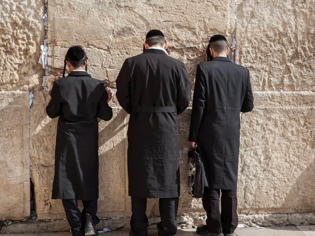 יהודים חרדים מתפללים