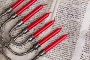 חנוכייה על דפי ספר תורה - תמונה להמחשה